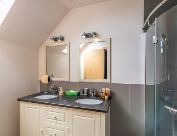 Bedkamer met douche   Gastenhuis SweetHome Barebeek B&B Driehoek : Brussel - Mechelen - Leuven (Vlaams Brabant)